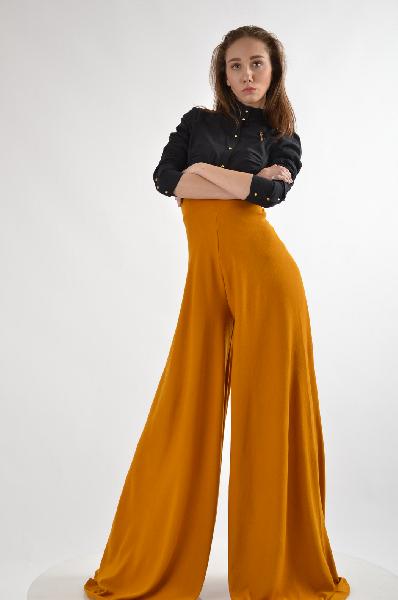 Брюки Marnis EtroisЖенская одежда<br>Цвет: темно-желтый<br><br><br>Состав: 100% хлопок<br><br><br>Особенности: стильные женские брюки свободного кроя.<br><br><br>Страна дизайна: Великобритания<br><br>Материал: Хлопок<br>Сезон: МУЛЬТИ<br>Коллекция: (Справочник &quot;Номенклатура&quot; (Общие)): Весна-лето<br>Пол: Женский<br>Возраст: Взрослый<br>Модель: РАСКЛЕШЕННЫЕ<br>Цвет: Бронза<br>Размер INT: M