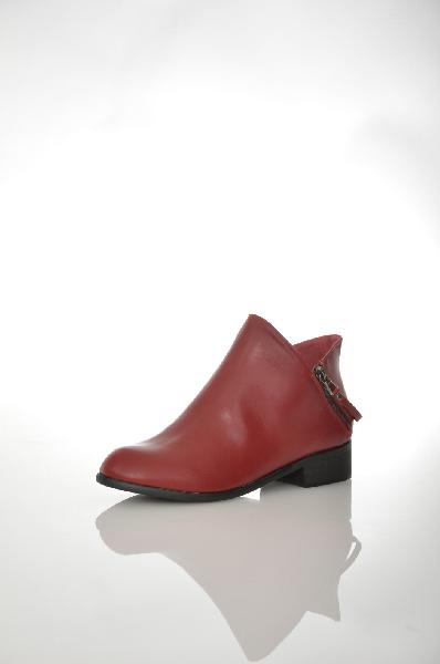 Полусапоги TulipanoЖенская обувь<br>Полусапоги от Tulipano выполнены из искусственной кожи. Детали: внутренняя отделка из текстиля и искусственной кожи, две функциональные молнии соединены ремешком, резиновая подошва.<br> <br> Цвет бордовый<br> Сезон Демисезон<br> Коллекция Осень-зима<br> Материал верха искусственная кожа<br> Внутренний материал текстиль<br> Материал стельки искусственная кожа<br> Материал подошвы резина<br> Высота голенища / задника 10 см<br> Страна: Италия<br><br>Высота голенища / задника: 10 см<br>Материал: Искусственная кожа<br>Сезон: ВЕСНА/ОСЕНЬ<br>Коллекция: Осень-зима<br>Пол: Женский<br>Возраст: Взрослый<br>Цвет: Бордовый<br>Размер RU: 38