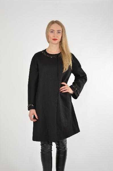 Пальто JUS DE POMMESЖенская одежда<br>Материал: 100% Virgin wool - шерсть<br> Страна: Турция<br>Классика актуальна вне времени и обстоятельств. Именно поэтому, выбирая пальто, рекомендуем присмотреться к этой модели: округлый вырез, выверенные линии, комфортная длина чуть выше колена, практичный черный цвет. Небольшой декор, добавленный на рукава и воротник, делает модель интересней.<br><br>Материал: Шерсть<br>Сезон: ВЕСНА/ОСЕНЬ<br>Коллекция: Осень-зима<br>Пол: Женский<br>Возраст: Взрослый<br>Цвет: Черный<br>Размер INT: M