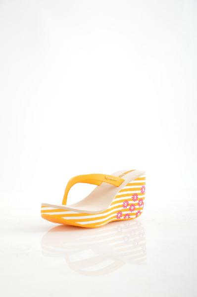 Пантолеты IpanemaЖенская обувь<br>Цвет: желтый, белый<br><br><br> <br><br><br> Состав: полимер<br><br><br> <br><br><br> Женские пантолеты, на высокой танкетке. Маломерят на один размер.<br><br><br> Высота платформы Низкая, 3 см<br><br><br> Материал стельки Искусственный материал<br><br><br> Материал подкладки Искусственный материал<br><br><br> Форма мыска Закругленный мысок<br><br><br> Материал верха ПВХ<br><br><br> Материал подошвы Полимер<br><br><br> Вид застежки Без застежки<br><br><br> Декоративные элементы Логотип<br><br><br> Особенность материала верха Матовый<br><br><br> Высота каблука Высота, 9 см<br><br>Высота каблука: 9 см<br>Высота платформы: 3 см<br>Материал: Полимер<br>Сезон: ЛЕТО<br>Коллекция: Весна-лето<br>Пол: Женский<br>Возраст: Взрослый<br>Цвет: Желтый<br>Размер RU: 37