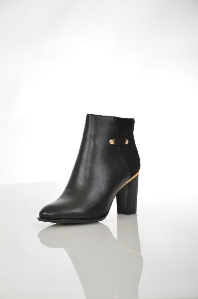 Ботильоны RaxmaxЖенская обувь<br>Ботильоны Raxmax выполнены из искусственной кожи и велюра черного цвета, внутренняя отделка из текстиля и искусственной кожи. Детали: застежка на молнию, вытянутый мыс, золотистая фурнитура.<br> <br> Материал верха искусственная кожа, искусственный велюр<br> Внутренний материал байка<br> Материал стельки натуральная кожа<br> Материал подошвы резина<br> Обхват голенища 25.5 см<br> Высота каблука 8.5 см<br> Высота 9.5 см<br> Цвет черный<br> Сезон Демисезон<br> Коллекция Осень-зима<br> Детали обуви клепки, металл<br> Страна: Франция<br><br>Материал: Искусственная кожа<br>Сезон: ВЕСНА/ОСЕНЬ<br>Коллекция: Осень-зима<br>Пол: Женский<br>Возраст: Взрослый<br>Цвет: Черный<br>Размер RU: 38