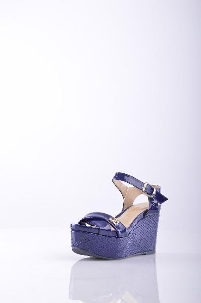 BLU BYBLOS сандалииЖенская обувь<br>Описание: эффект лакировки, логотип, одноцветное изделие, пряжка, скругленный носок, резиновая подошва, обтянутый каблук.<br>Высота каблука: 9 см.<br>Высота платформы: 5 см<br>Страна: Франция<br><br>Высота каблука: 9 см<br>Высота платформы: 5 см<br>Материал: Искусственная кожа<br>Сезон: ЛЕТО<br>Коллекция: (Справочник &quot;Номенклатура&quot; (Общие)): Весна-лето<br>Пол: Женский<br>Возраст: Взрослый<br>Цвет: Темно-синий<br>Размер RU: 37
