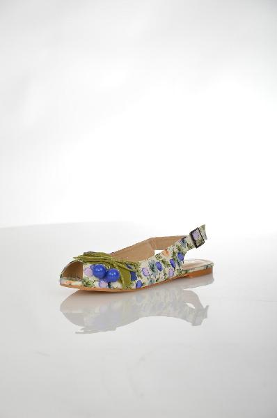 Сандалии INARIOЖенская обувь<br>Цвет: молочный, оранжевый, синий<br> <br> Состав: текстиль<br> <br> Замечательные сандалии, верх которых выполнен из тестильного материала. Модель на маленьком каблуке снабжена застежкой на пряжку. Отличный вариант для летнего гардероба.<br> <br> Высота каблука Маленький, 1.2 см<br> Высота платформы Низкая, 0.5 см<br> Материал верха Текстиль<br> Материал подкладки Кожа<br> Материал подошвы ТЭП (термоэластопласт)<br> Сезон лето<br> Пол Женский<br> Страна бренда Россия<br><br>Высота каблука: 1.2 см<br>Материал: Текстиль<br>Сезон: ЛЕТО<br>Коллекция: Весна-лето<br>Пол: Женский<br>Возраст: Взрослый<br>Цвет: Разноцветный<br>Размер RU: 37