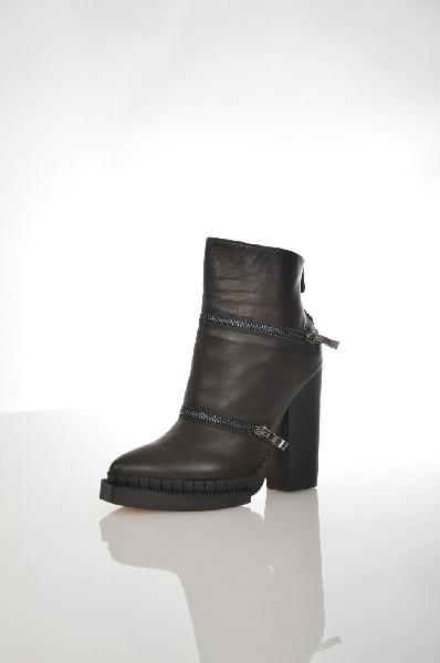 Ботинки JEFFREY CAMPBELLЖенская обувь<br>Цвет: Черный<br> Состав: Кожа<br> Детали: кожа, без аппликаций, одноцветное изделие, молния, скругленный носок, квадратный каблук, резиновая подошва<br> Размеры: Высота голенища: 9.5 см<br> Каблук: 12 см<br> Высота платформы: 3 см<br> Страна: США<br><br>Высота каблука: 12 см<br>Высота платформы: 3 см<br>Высота голенища / задника: 9.5 см<br>Материал: Натуральная кожа<br>Сезон: ВЕСНА/ОСЕНЬ<br>Коллекция: Осень-зима<br>Пол: Женский<br>Возраст: Взрослый<br>Цвет: Черный<br>Размер RU: 38