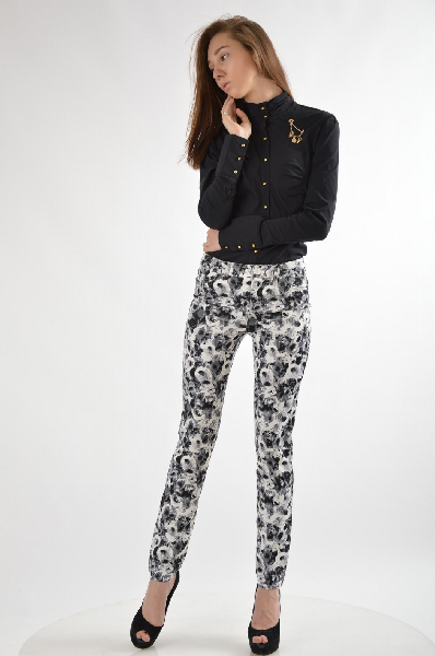 Брюки Laura ScottЖенская одежда<br>Со сплошным цветочным принтом. Узкий покрой с 5 карманами и слегка заниженной посадкой выше линии бёдер. Из блестящего атласа стретч. <br> <br> <br> Тип изделия: Брюки покроя «дудочки»<br> Покрой брюк: Экстраузкий фасон / slim fit<br> Посадка по фигуре: Узкий покро...<br><br>Материал: Полиэстер<br>Сезон: ЛЕТО<br>Коллекция: (Справочник &quot;Номенклатура&quot; (Общие)): Весна-лето<br>Пол: Женский<br>Возраст: Взрослый<br>Модель: ДЖЕГГИНСЫ<br>Цвет: Разноцветный<br>Размер INT: S