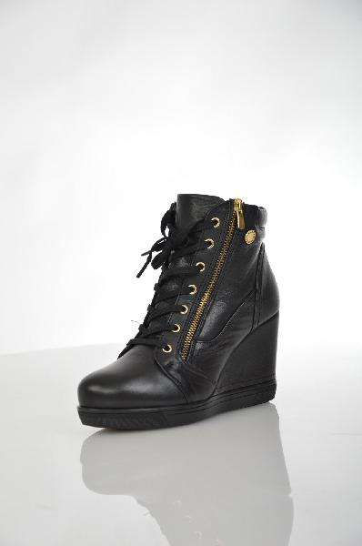 Полусапожки METROPOLPOLISЖенская обувь<br>Цвет: черный<br> <br> Состав: натуральный нубук<br> <br> Прекрасные полусапожки станут стильным дополнением любого Вашего образа. Модель оснащена удобной застежкой на молнию. Оригинальный дизайн подчеркнет Вашу индивидуальность в создании неповторимых образов.<br> <br> Высота каблука Высокий, 9.5 см<br> Материал подкладки Мех<br> Вид застежки Молния<br> Высота платформы Низкая, 2.0 см<br> Материал верха Нубук<br> Материал подошвы Искусственный материал<br> Форма мыска Закругленный мысок<br> Голенище Высота голенища, 10.5 см<br> Голенище Обхват голенища, 28.0 см<br> Вид застежки Шнуровка<br> Материал стельки Мех<br> Форма каблука Танкетка<br> Особенность материала верха Матовый<br> Декоративные элементы Декоративные элементы<br> Сезон зима<br> Пол Женский<br> Страна Турция<br><br>Высота каблука: 9.5 см<br>Высота платформы: 2 см<br>Объем голени: 28 см<br>Высота голенища / задника: 10.5 см<br>Материал: Натуральный нубук<br>Сезон: ЗИМА<br>Коллекция: Осень-зима<br>Пол: Женский<br>Возраст: Взрослый<br>Цвет: Черный<br>Размер RU: 38