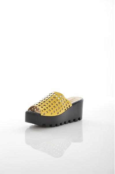 Сабо VitacciЖенская обувь<br>Цвет: желтый<br> Состав: натуральная кожа 100%<br> <br> По назначению: Повседневные<br> Материал подошвы: Полиуретан<br> Вид застежки: Без застежки<br> Высота каблука: Высота: 7 см<br> Материал подкладки: натуральная кожа<br> Вид обуви: низкие<br> Вид каблука: танкетка<br> Сезон: лето<br> Пол: Женский<br> Страна: Россия<br><br>Высота каблука: 7 см<br>Материал: Натуральная кожа<br>Сезон: ЛЕТО<br>Коллекция: Весна-лето<br>Пол: Женский<br>Возраст: Взрослый<br>Цвет: Желтый<br>Размер RU: 38
