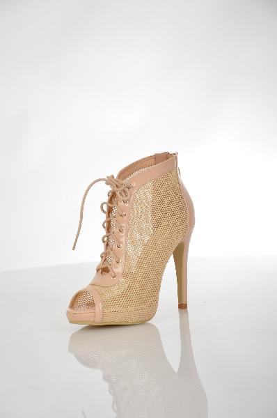 Ботильоны SinlyЖенская обувь<br>Ультрамодные летние ботильоны от Sinly выполнены в красивом сочетании кремового и золотистого оттенка. Материал верха изготовлен из сетчатого текстиля и искусственной лакированной кожи. Детали: застежка на молнию на заднике, полупрозрачная фактура, открытый мыс, шнуровка на подъеме, высокий каблук-шпилька.<br> <br> Материал верха искусственная лаковая кожа, текстиль<br> Внутренний материал без подкладки<br> Материал стельки искусственная кожа<br> Материал подошвы Тунит<br> Высота каблука 12 см<br> Высота платформы 2 см<br> Высота 9 см<br> Цвет бежевый, золотой<br> Сезон Лето<br> Коллекция Весна-лето<br> Детали обуви лакированные, прозрачность, сетка<br><br> Страна: Франция<br><br>Высота каблука: 12 см<br>Высота платформы: 2 см<br>Материал: Искусственная кожа<br>Сезон: ЛЕТО<br>Коллекция: Весна-лето<br>Пол: Женский<br>Возраст: Взрослый<br>Цвет: Бежевый<br>Размер RU: 38