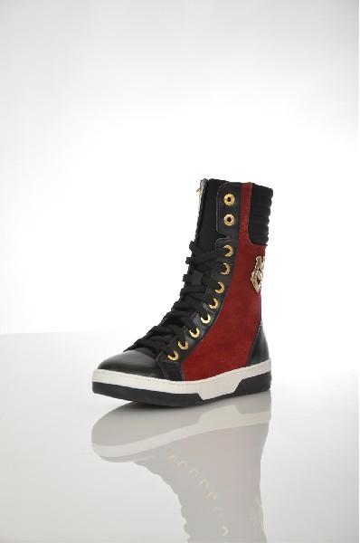 Ботинки Love MoschinoЖенская обувь<br>Высокие ботинки Love Moschino выполнены из искусственной кожи черного цвета и бордового натурального велюра, кожаная стелька. Особенности: с внутренней стороны застежка на молнию, с внешней стороны золотистая металлическая пряжка с логотипом бренда, дополнительная застежка на шнуровку, плоская резиновая подошва.<br> <br> Цвет: бордовый, черный<br> Сезон: Демисезон<br> Коллекция: Осень-зима<br> <br> Детали обуви: кожаные вставки, металл<br> Материал верха: искусственная кожа, натуральный велюр, текстиль<br> Внутренний материал: текстиль<br> Материал стельки: натуральная кожа<br> Материал подошвы: резина<br> Высота голенища / задника: 21 см<br> <br> Страна: Италия<br><br>Высота голенища / задника: 21 см<br>Материал: Искусственная кожа<br>Сезон: ВЕСНА/ОСЕНЬ<br>Коллекция: Осень-зима<br>Пол: Женский<br>Возраст: Взрослый<br>Цвет: Красный<br>Размер RU: 37