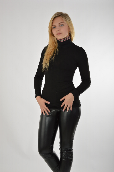 Водолазка PinkoЖенская одежда<br>Водолазка из высококачественного вискозного трикотажа от Pinko решена в черном цвете. Особенности: прилегающий крой, воротник-стойка с полосатым кантом.<br> Состав 94% - Вискоза, 6% - Эластан<br> Длина по спинке 65 см<br> Длина рукава 58 см<br> Страна: Италия<br><br>Материал: Полиэстер<br>Сезон: МУЛЬТИ<br>Коллекция: Осень-зима<br>Пол: Женский<br>Возраст: Взрослый<br>Цвет: Черный<br>Размер INT: S