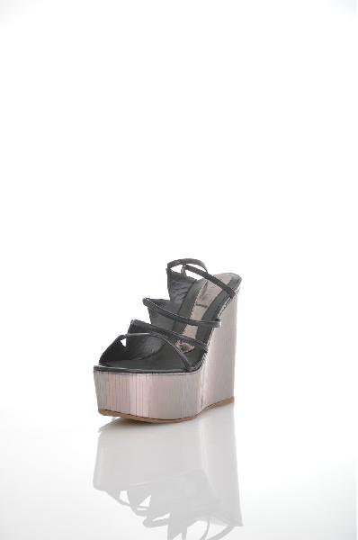 Сандалии MAGRITЖенская обувь<br>Цвет: черный<br> Состав: Кожа натуральная<br> Детали: без аппликаций, одноцветное изделие, скругленный носок, застежка в виде шнуровки, резиновая подошва, танкетка, обтянутая танкетка<br> Каблук: 13.5 см<br> Высота платформы: 5.5 см<br> Страна: Испания<br><br>Высота каблука: 13.5 см<br>Высота платформы: 5.5 см<br>Материал: Натуральная кожа<br>Сезон: ЛЕТО<br>Коллекция: (Справочник &quot;Номенклатура&quot; (Общие)): Весна-лето<br>Пол: Женский<br>Возраст: Взрослый<br>Цвет: Черный<br>Размер RU: 37.5