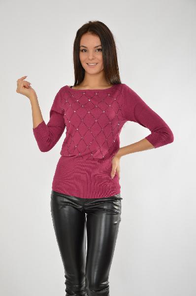 Пуловер MELROSEЖенская одежда<br>Элегантный пуловер с вырезом-лодочкой<br> Аппликация ромбами из стразов<br> Широкие края в рубчик<br> Из невероятно мягкого материала с содержанием вискозы<br> Объединяя классический шик с гламурными нотками, пуловер от Melrose превращается в модный элемент разнообразных комплектов для любого повода. Тонкий трикотаж искусно облегает фигуру. Ромбы из мерцающих стразов придают лаконичному дизайну кофточки особый шарм. Приталенный силуэт, рукава 3/4, широкий круглый вырез и резинка в рубчик по краям отлично дополняют модель. Пуловер от Melrose создан для обольстительных образов. Примерив его однажды, Вы не сможете от него отказаться. Длина спинки размера 38 ок. 64 см.<br> <br> Материал: материал верха: 70% вискоза, 30% полиамид<br> <br> Покрой облегающая модель<br> Вырез U-образный вырез<br> Стиль женственный стиль<br> Фактура материала однотонная модель<br> Страна: США<br><br>Материал: Вискоза<br>Сезон: ВЕСНА/ОСЕНЬ<br>Коллекция: Осень-зима<br>Пол: Женский<br>Возраст: Взрослый<br>Цвет: Бордовый<br>Размер INT: M