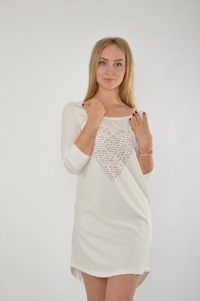 Ночная сорочка VENCAЖенская одежда<br>Принт Сердце спереди<br><br><br> Круглый вырез<br><br><br> Одежда для дома - значимая часть женского гардероба. Она должна быть максимально удобной и при этом красивой. Ночная сорочка от VENCA отлично объединяет оба этих фактора. Мягкое хлопковое джерси обеспечивает оптимальный комфорт и создает ощущение уюта. Круглый вырез и рукава 3/4 подчеркивают изящность модели. Оригинальный принт из надписей в форме сердца привносит в Ваш образ романтичные нотки. Вы можете носить эту сорочку вместо домашнего платья и при этом будете выглядеть женственно и изысканно. Ночная сорочка от VENCA - правильный выбор для сна и отдыха! Длина спереди ок. 86 см, сзади ок. 92 см.<br><br><br> <br><br><br> Материал: джерси, 100% хлопок<br><br><br> Приятная для тела структура ткани<br><br><br> Разрешена машинная стирка<br><br><br> Страна Испания<br><br>Материал: Хлопок<br>Сезон: ЛЕТО<br>Коллекция: Весна-лето<br>Пол: Женский<br>Возраст: Взрослый<br>Цвет: Белый<br>Размер INT: S