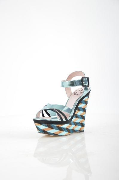 Босоножки FornarinaЖенская обувь<br>Эффектные босоножки из искусственной лакированной кожи голубого цвета с металлическим блеском от Fornarina – яркий акцент в вашем летнем гардеробе. Мягкие ремешки не натирают ногу. Пробковая подошва декорирована оригинальным принтом в полоску. Высота танкетки компенсируется устойчивой платформой, что делает колодку максимально удобной.<br><br><br> Материал верха: искусственная кожа<br><br><br> Внутренний материал: натуральная кожа<br><br><br> Материал стельки: натуральная кожа<br><br><br> Материал подошвы: искусственный материал<br><br><br> Высота каблука: 14.5 см<br><br><br> Высота платформы: 5 см<br><br><br> Цвет: мультиколор<br><br><br> Страна: Италия<br><br>Высота каблука: 14.5 см<br>Высота платформы: 5 см<br>Материал: Искусственная кожа<br>Сезон: ЛЕТО<br>Коллекция: Весна-лето<br>Пол: Женский<br>Возраст: Взрослый<br>Цвет: Разноцветный<br>Размер RU: 38