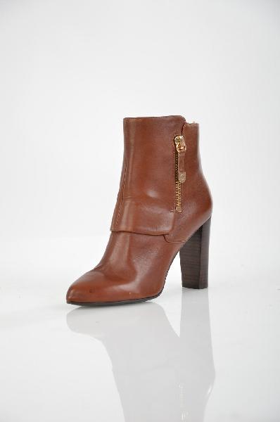 Полусапожки GUESSЖенская обувь<br>Цвет: коричневый<br> <br> Состав: натуральная кожа<br> <br> Эти полусапожки элегантного исполнения идеально впишутся в Ваш повседневный гардероб. Модель с заостренной формой мыска дополнена застежкой на молнию. Пара на высоком каблуке выполнена из натуральной кожи, украшена металлической молнией.<br> Высота каблука Средний, 9 см<br> Вид застежки Молния<br> Высота платформы Низкая, 0.3 см<br> Материал верха Кожа<br> Материал стельки Кожа<br> Материал подошвы Искусственный материал<br> Материал подкладки Текстиль<br> Форма мыска Заостренный мысок<br> Голенище Высота голенища, 10 см<br> Голенище Обхват голенища, 26.5 см<br> Особенность материала верха Матовый<br> Декоративные элементы молния<br> Материал подкладки текстиль, 100 %<br> Материал подошвы искусственный материал, 100 %<br> Материал стельки натуральная кожа, 100 %<br> Сезон демисезон<br> Пол Женский<br> Страна бренда Соединенные Штаты<br><br>Высота каблука: 9 см<br>Высота платформы: 0.3 см<br>Объем голени: 26 см<br>Высота голенища / задника: 10 см<br>Материал: Натуральная кожа<br>Сезон: ВЕСНА/ОСЕНЬ<br>Коллекция: Осень-зима<br>Пол: Женский<br>Возраст: Взрослый<br>Цвет: Коричневый<br>Размер RU: 37