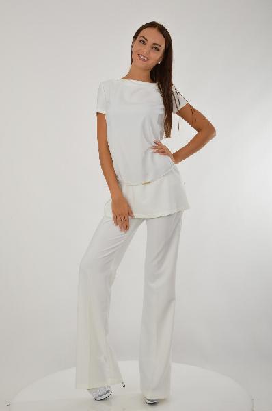 Костюм Elisabetta FranchiЖенская одежда<br>Эффектный костюм белоснежного цвета, состоящий из удлиненного топа с коротким рукавом  и расклешенных брюк. Топ имеет вырез-лодочка, узкий ремень располагается на бедрах. На брюках идеальные стрелки, визуально вытягивающие силуэт. <br>Состав брюки: 95% Полиэстер, 5% Спандекс.<br> Состав блузка:  95% Полиэстер, 5% Спандекс.<br> Страна: Италия<br><br>Материал: Полиэстер<br>Сезон: ЛЕТО<br>Коллекция: Весна-лето<br>Пол: Женский<br>Возраст: Взрослый<br>Цвет: Белый<br>Размер INT: S