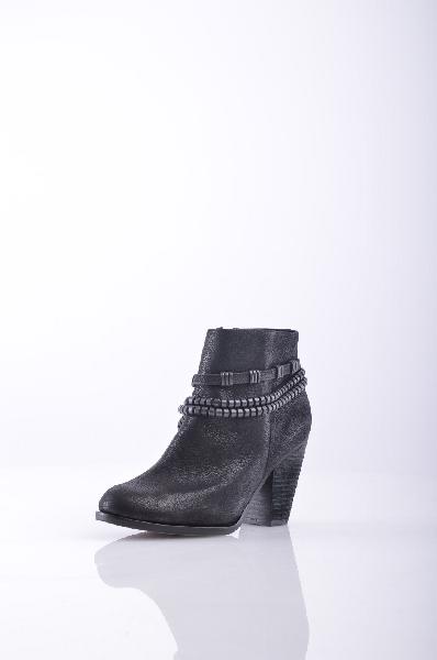 Ботильоны VINCE CAMUTOЖенская обувь<br>Описание: нубук, аппликации из металла, одноцветное изделие, молния, скругленный носок, резиновая подошва, деревянный каблук. <br><br>Высота каблука: 8.5 см <br>Высота голенища / задника: 9.5 см <br>Объём голени: 28 см <br>Страна: США<br><br>Высота каблука: 8.5 см<br>Объем голени: 28 см<br>Высота голенища / задника: 9.5 см<br>Материал: Натуральная кожа<br>Сезон: МУЛЬТИ<br>Коллекция: Весна-лето<br>Пол: Женский<br>Возраст: Взрослый<br>Цвет: Черный<br>Размер RU: 37.5