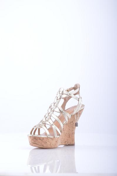 GUESS СандалииЖенска обувь<br>Эффект ламинировани, мелкие заклепки, однотонное изделие, пржка, скругленный носок , резинова подошва.<br>Высота каблука: 13 см<br>Высота платформы: 3.5 см<br>Страна: США<br><br>Высота каблука: 13 см<br>Высота платформы: 3.5 см<br>Материал: Натуральна кожа<br>Сезон: ЛЕТО<br>Коллекци: Весна-лето<br>Пол: Женский<br>Возраст: Взрослый<br>Цвет: Платиновый<br>Размер RU: 38.5