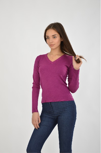 Джемпер RUXARAЖенская одежда<br>Джемпер в классическом дизайне в глубоком лиловом цвете. Эффектная расцветка сочетается с лаконичным полуприталенным кроем и качественным исполнением. <br><br>Цвет: лиловый<br> <br> Состав: эластан 5%, вискоза 80%, полиэстер 15%<br> <br> Длина рукава Длинные<br> Фактура материала Вязаный<br> По назначению Повседневные<br> Длина изделия по спинке: 52 см<br> Вид застежки Без застежки<br> Тип карманов Без карманов<br> Сезон демисезон<br> Пол Женский<br> Страна Россия<br><br>Материал: Вискоза<br>Сезон: ВЕСНА/ОСЕНЬ<br>Коллекция: Осень-зима<br>Пол: Женский<br>Возраст: Взрослый<br>Цвет: Фиолетовый<br>Размер INT: S