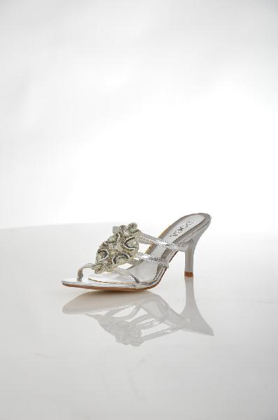 Сабо DocaЖенская обувь<br>Женские сабо на каблуке Doca серебристого цвета, выполнены из искусственной кожи и дополнены вышивкой из бисера спереди. Детали: внутренняя отделка и стелька из искусственной кожи.<br> <br> Материал верха искусственная кожа<br> Внутренний материал искусственная...<br><br>Высота каблука: 8 см<br>Материал: Искусственная кожа<br>Сезон: ЛЕТО<br>Коллекция: (Справочник &quot;Номенклатура&quot; (Общие)): Весна-лето<br>Пол: Женский<br>Возраст: Взрослый<br>Цвет: Серый<br>Размер RU: 37