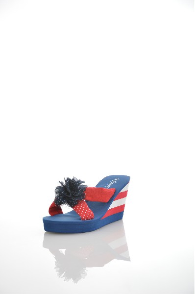 Сабо De FonsecaЖенская обувь<br>Женское сабо De Fonseca красно-синего цвета. Верх выполнен из текстиля. <br> Детали: стелька и подошва из EVA, декоративный бант.<br> <br> Материал верха: текстиль<br> Внутренний материал: текстиль <br> Материал стельки: искусственный материал <br> Материал подошвы: искусственный материал <br> Высота каблука:  8 см <br> <br> Страна: Италия<br><br>Высота каблука: 8 см<br>Высота платформы: 2 см<br>Материал: Текстиль<br>Сезон: ЛЕТО<br>Коллекция: Весна-лето<br>Пол: Женский<br>Возраст: Взрослый<br>Цвет: Разноцветный<br>Размер RU: 36