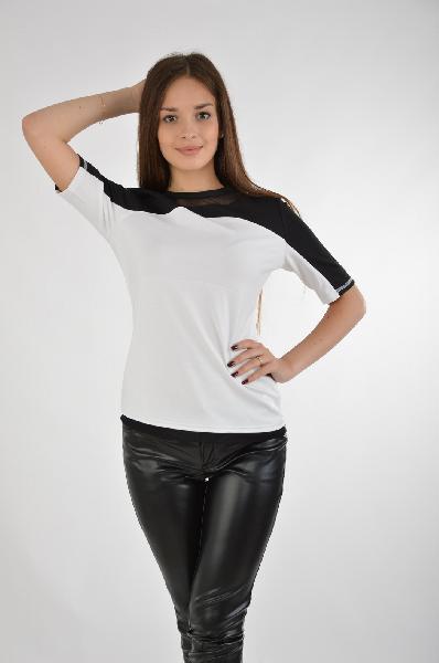 Bestia БлузаЖенская одежда<br>Блуза от Bestia выполнена в черно-белой цветовой гамме из тонкого эластичного трикотажа. Модель приталенного кроя. Детали: круглый вырез; застежка на молнию на спинке; вставки из сетчатого материала.<br><br>Состав    72% - Полиэстер, 24% - Вискоза, 4% - Эластан<br>Длина по спинке    60 см<br>Длина рукава    27 см<br>Страна: Россия<br><br>Материал: Полиэстер<br>Сезон: МУЛЬТИ<br>Коллекция: Весна-лето<br>Пол: Женский<br>Возраст: Взрослый<br>Цвет: Белый<br>Размер INT: S