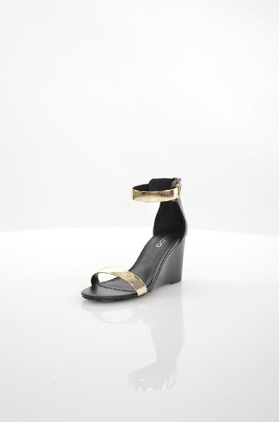 Босоножки AldoЖенская обувь<br>Босоножки на танкетке Aldo выполнены полностью из искусственной кожи. Детали: открытый мыс, закрытая пятка с застежкой-молнией, фиксирующие ремешки с металлизированными вставками, резиновая подошва.<br> <br> Материал верха искусственная кожа<br> Внутренний мате...<br><br>Высота каблука: 8.5 см<br>Высота голенища / задника: 10 см<br>Материал: Искусственная кожа<br>Сезон: МУЛЬТИ<br>Коллекция: (Справочник &quot;Номенклатура&quot; (Общие)): Весна-лето<br>Пол: Женский<br>Возраст: Взрослый<br>Цвет: Черный<br>Размер RU: 37.5