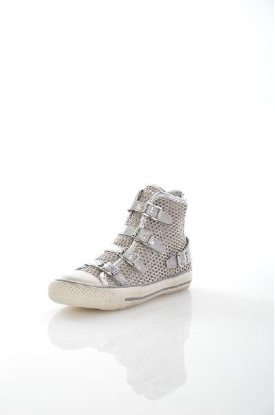 Кеды AshЖенская обувь<br>Кеды от Ash выполнены из сетчатого текстиля. <br><br>Особенности: прорезиненный мыс, пряжки из натуральной кожи козленка, кожаная стелька, функциональная молния, резиновая подошва.<br> <br> Материал верха: натуральная кожа, текстиль<br> Внутренний материал: натуральная кожа, текстиль<br> Материал стельки: натуральная кожа<br> Материал подошвы: резина<br> Высота голенища / задника: 12 см<br> Обхват голенища: 22 см<br> Тип каблука: Без каблука<br> Застежка: на молнии<br> Цвет: серебряный<br> Сезон: Демисезон<br>Коллекция: Весна-лето<br><br> Страна: Италия<br><br>Высота каблука: Без каблука<br>Объем голени: 21 см<br>Высота голенища / задника: 12 см<br>Материал: Натуральная кожа<br>Сезон: ЛЕТО<br>Коллекция: Весна-лето<br>Пол: Женский<br>Возраст: Взрослый<br>Цвет: Серый<br>Размер RU: 36