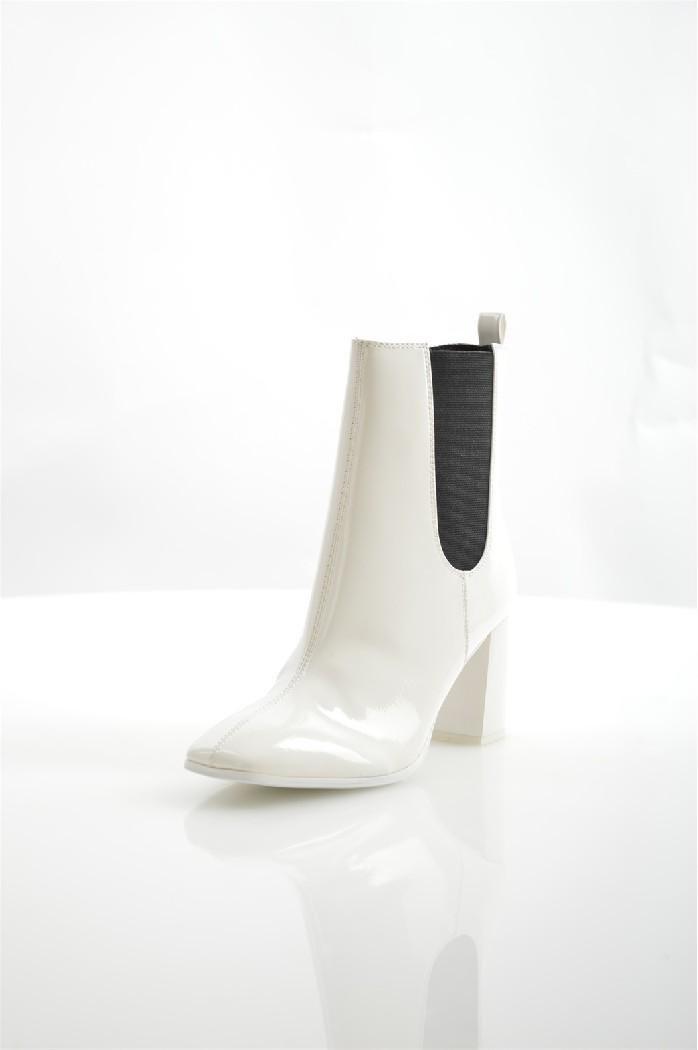 Ботильоны TamarisЖенская обувь<br>Ботильоны Tamaris выполнены из искусственной лаковой кожи. TOUCH-IT - стелька с эффектом памяти, принимает форму стопы.<br> <br> Материал верха: искусственная лаковая кожа<br> Внутренний материал: текстиль<br> Материал подошвы: искусственный материал<br> Материал стельки: текстиль<br>Высота каблука: 8 см<br> Высота голенища / задника: 14.5 см<br> Обхват голенища: 24 см<br> Сезон: Демисезон<br> Цвет: белый<br> Застежка: на молнии<br> Технологии: TOUCH-IT - стелька<br> <br> Страна: Германия<br><br>Высота каблука: 8 см<br>Объем голени: 24 см<br>Высота голенища / задника: 14 см<br>Материал: Искусственная кожа<br>Сезон: ВЕСНА/ОСЕНЬ<br>Коллекция: Весна-лето<br>Пол: Женский<br>Возраст: Взрослый<br>Цвет: Белый<br>Размер RU: 38