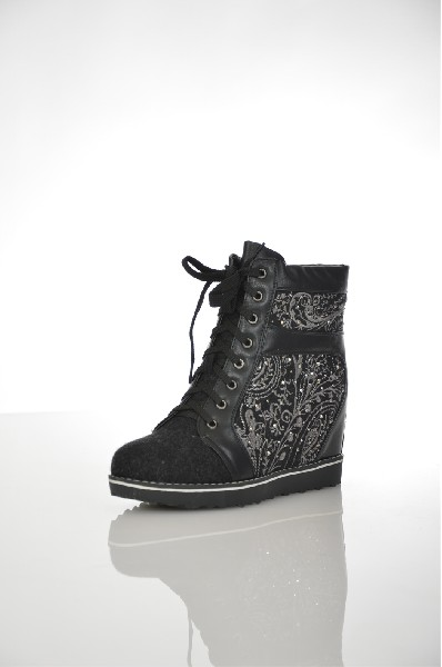 Ботинки CooperЖенская обувь<br>Стильные ботинки выполнены в виде кроссовок на танкетке в черном цвете, украшены вышивкой из витиеватых узоров и небольшими стразами. Изделие скомбинировано из нескольких материалов, высокая шнуровка позволяет регулировать посадку на ноге.<br> Цвет: черный<br> <br> Состав: текстиль 100%<br> <br> По назначению Повседневные<br> Материал подошвы Полиуретан: 0 %<br> Материал стельки Искусственный мех: 0 %<br> Высота каблука Высота: 5 см<br> Материал подкладки искусственный мех: 0 %<br> Вид каблука танкетка<br> Вид мыска круглый<br> Сезон зима<br> Пол Женский<br> Страна Россия<br><br>Высота каблука: 5 см<br>Материал: Текстиль<br>Сезон: ЗИМА<br>Коллекция: Осень-зима<br>Пол: Женский<br>Возраст: Взрослый<br>Цвет: Черный<br>Размер RU: 38