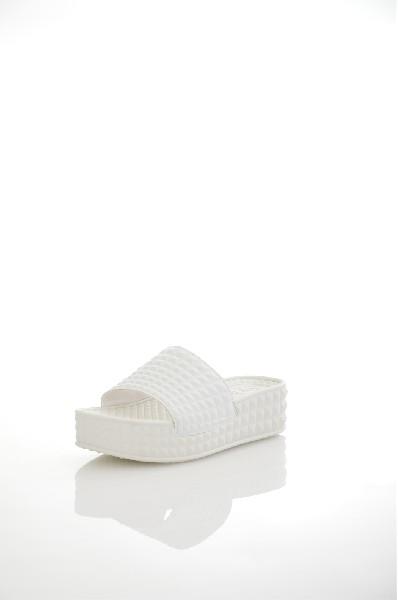 Сабо ASHЖенская обувь<br>Сабо Ash выполнены из искусственной кожи с объемным узором, текстильная подкладка. Особенности: полимерная массажная стелька, открытый мыс, невысокая устойчивая платформа.<br> <br> Материал верха искусственная кожа<br> Внутренний материал текстиль<br> Материал стельки полимер<br> Материал подошвы полимер<br> Высота каблука 4.5 см<br> Высота платформы 3.5 см<br> Тип каблука Платформа, Танкетка<br> Застежка без застежки<br> Цвет белый<br> Сезон Лето<br> Стиль Повседневный, Ультрамодный<br> Коллекция Весна-лето<br> Детали обуви 3D текстура<br> Страна: Италия<br><br>Высота каблука: 4.5 см<br>Высота платформы: 3.5 см<br>Материал: Искусственная кожа<br>Сезон: ЛЕТО<br>Коллекция: Весна-лето<br>Пол: Женский<br>Возраст: Взрослый<br>Цвет: Белый<br>Размер RU: 38