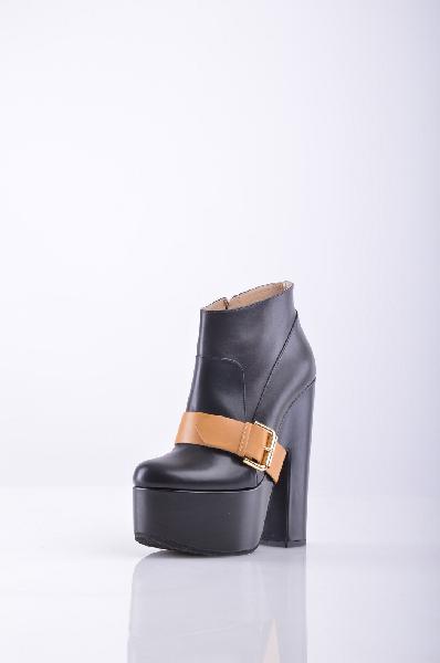 Ботильоны Vicini TapeetЖенская обувь<br>Описание: Стильные ботильоны от Vicini Tapeet выполнены из натуральной кожи черного цвета. Модель декорирована широким ремешком с золотистой пряжкой. <br><br> Особенности: внутренняя отделка из натуральной кожи, высокий устойчивый каблук компенсируется платформой, функциональная молния с внутренней стороны. <br><br><br> Материал верха: натуральная кожа.<br><br><br> Внутренний материал: натуральная кожа.<br><br><br> Материал стельки: натуральная кожа<br><br><br> Материал подошвы: искусственный материал<br><br><br> Высота каблука: 15 см <br><br><br> Высота платформы: 5 см <br><br><br> Страна: Италия<br><br>Высота каблука: 15 см<br>Высота платформы: 5 см<br>Объем голени: 28 см<br>Высота голенища / задника: 9 см<br>Материал: Натуральная кожа<br>Сезон: ВЕСНА/ОСЕНЬ<br>Коллекция: Осень-зима<br>Пол: Женский<br>Возраст: Взрослый<br>Цвет: Черный<br>Размер RU: 38