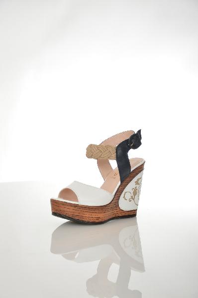 Босоножки Grand StyleЖенская обувь<br>Босоножки на танкетке от Grand Style. Верх модели выполнен из натуральной кожи и текстиля. Внутри - отделка из искусственной кожи, стелька из натуральной кожи. Детали: широкие ремешки на пряжке, удобная колодка.<br> Цвет белый, синий<br> Сезон Лето<br> Коллекци...<br><br>Высота каблука: 12.5 см<br>Высота платформы: 4 см<br>Материал: Натуральная кожа<br>Сезон: ЛЕТО<br>Коллекция: (Справочник &quot;Номенклатура&quot; (Общие)): Весна-лето<br>Пол: Женский<br>Возраст: Взрослый<br>Цвет: Разноцветный<br>Размер RU: 38