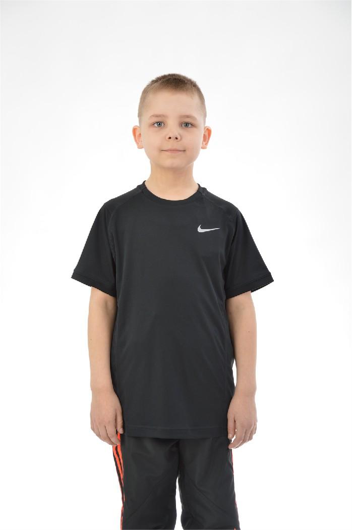 Футболка MILER SS CREW YTH, NikeОдежда для мальчиков<br>Состав: полиэстер 100%<br> <br> Великолепная футболка выполнена из легкого дышащего материала. Модель с округлым вырезом горловины и короткими рукавами. Изделие декорировано логотипом бренда.<br> Вырез горловины Округлый вырез<br> Длина рукава Короткие, 27.0 см<br> Габариты предметов Длина, 58.0 см<br> Ширина рукава Пройма, 19.0 см<br> Вид застежки Без застежки<br> Покрой Прямой<br> Фактура материала Трикотажный<br> Страна: Германия<br><br>Материал: Полиэстер<br>Сезон: ЛЕТО<br>Коллекция: Весна-лето<br>Пол: Мужской<br>Возраст: Детский<br>Цвет: Черный<br>Размер INT: XL