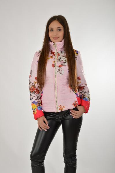 Куртка утепленная By SwanЖенская одежда<br>Легкая куртка By Swan с тонким искусственным утеплителем. Модель нежного розового цвета украшена разноцветным цветочным узором. Детали: приталенный крой, застежка на золотистую молнию, декоративные карманы, высокий воротник.<br> <br> Состав Полиэстер - 100%<br> Длина по спинке 54 см<br> Длина рукава 61 см<br> Страна: Италия<br><br>Материал: Полиэстер<br>Сезон: ВЕСНА/ОСЕНЬ<br>Коллекция: Осень-зима<br>Пол: Женский<br>Возраст: Взрослый<br>Цвет: Разноцветный<br>Размер INT: M