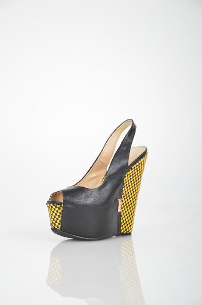 Босоножки ARZOmaniaЖенская обувь<br>Экстравагантные босоножки ARZOmania - верный способ заявить о себе. Обувь исполнена из искусственной кожи черного цвета. Удобный ремешок фиксирует ногу. Высокая танкетка дополнена яркими плетеными вставками. Мягкая стелька гарантирует комфортные ощущения во время ходьбы.<br> <br> Материал верха искусственная кожа<br> Внутренний материал искусственная кожа<br> Материал стельки искусственная кожа<br> Материал подошвы искусственный материал<br> Высота каблука 16 см<br> Высота платформы 6 см<br> Цвет черный<br> Страна Россия<br> Сезон Лето<br> Коллекция Весна-лето<br><br>Высота каблука: 16 см<br>Высота платформы: 6 см<br>Материал: Искусственная кожа<br>Сезон: ЛЕТО<br>Коллекция: Весна-лето<br>Пол: Женский<br>Возраст: Взрослый<br>Цвет: Черный<br>Размер RU: 38