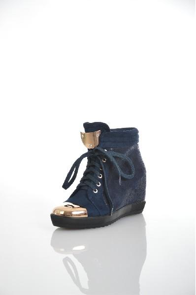 Ботинки ELSIЖенская обувь<br>Цвет: синий<br> Материал верха: велюр искусственный<br> Материал подкладки: текстиль (байка)<br> Материал стельки: текстиль (байка)<br> Материал подошвы: полиуретан, рифленая<br> Высота голенища: 9 см<br> Высота каблука: 8 см (скрытая танкетка)<br> Цвет и обтяжка каблука: синий, велюр искусственный<br> Местоположение логотипа: стелька<br> Уход за изделием: протирать губкой<br> Страна: Италия<br><br>Высота каблука: 8 см<br>Высота голенища / задника: 9 см<br>Материал: Искусственный велюр<br>Сезон: ВЕСНА/ОСЕНЬ<br>Коллекция: Весна-лето<br>Пол: Женский<br>Возраст: Взрослый<br>Цвет: Синий<br>Размер RU: 38