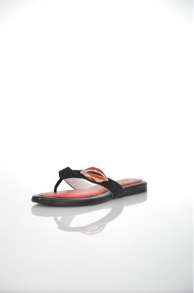 Сабо VitacciЖенская обувь<br>Цвет: черный<br> Материал верха: замша натуральная<br> Материал подкладки: кожа натуральная<br> Материал стельки: кожа натуральная<br> Материал подошвы: искусственный материал, гладкая<br> Высота каблука: 1,5 см<br> Цвет и обтяжка каблука: черный, не обтянут<br> Местоположение логотипа:стелька<br> Страна: Италия<br><br>Высота каблука: 1.5 см<br>Материал: Натуральная замша<br>Сезон: ЛЕТО<br>Коллекция: Весна-лето<br>Пол: Женский<br>Возраст: Взрослый<br>Цвет: Черный<br>Размер RU: 38
