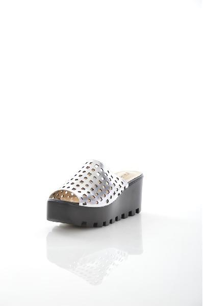 Сабо VitacciЖенская обувь<br>Цвет: серебристый<br> Состав: натуральная кожа 100%<br> <br> По назначению: Повседневные<br> Материал подошвы: Полиуретан<br> Вид застежки: Без застежки<br> Высота каблука: Высота: 7 см<br> Материал подкладки: натуральная кожа<br> Вид обуви: низкие<br> Вид каблука: танкетка<br> Сезон: лето<br> Пол: Женский<br> Страна: Россия<br><br>Высота каблука: 7 см<br>Материал: Натуральная кожа<br>Сезон: ЛЕТО<br>Коллекция: Весна-лето<br>Пол: Женский<br>Возраст: Взрослый<br>Цвет: Светло-серый<br>Размер RU: 38