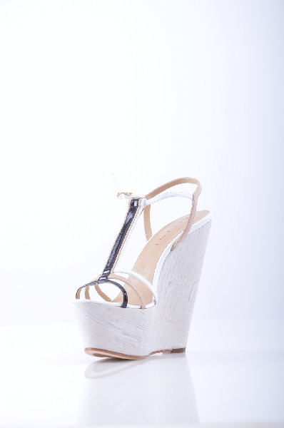 Босоножки VICINIЖенская обувь<br>Описание: Эффект лакировки, без аппликаций, разноцветный узор, пряжка, скругленный носок, подошва из кожи и резины.<br> <br> Высота каблука: 16 см<br> <br> Высота платформы: 6 см<br> <br> Страна: Италия<br><br>Высота каблука: 16 см<br>Высота платформы: 6 см<br>Материал: Натуральная кожа<br>Сезон: ЛЕТО<br>Коллекция: Весна-лето<br>Пол: Женский<br>Возраст: Взрослый<br>Цвет: Белый<br>Размер RU: 39
