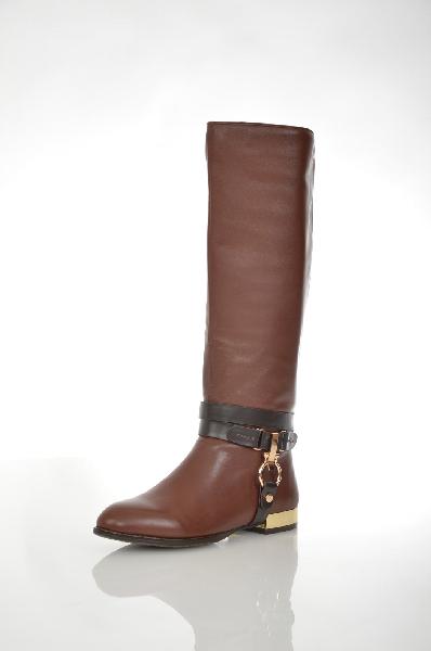 Сапоги VitacciЖенская обувь<br>Цвет: темно-коричневый<br> <br> Состав: натуральная кожа<br> <br> Если вы поклонница стильной классической обуви, отличающейся лаконичным дизайном, то эти сапоги то, что Вам нужно. Модель создана из натуральной кожи. Обувь дополнена ремешком с пряжкой. Подкладка и стелька выполнены из мягкого текстиля, что гарантирует комфортные ощущения в течение дня.<br> <br> Высота каблука Маленький: 2.0 см<br> Материал подкладки Байка<br> Высота платформы Низкая: 0.8 см<br> Материал верха Кожа<br> Материал подошвы Искусственный материал<br> Голенище Высота голенища: 37.0 см; Обхват голенища: 37.0 см<br> Сезон демисезон<br> Пол Женский<br> Страна Россия<br><br>Высота каблука: 2 см<br>Высота платформы: 0.8 см<br>Объем голени: 37 см<br>Высота голенища / задника: 37 см<br>Материал: Натуральная кожа<br>Сезон: ВЕСНА/ОСЕНЬ<br>Коллекция: Осень-зима<br>Пол: Женский<br>Возраст: Взрослый<br>Цвет: Темно-коричневый<br>Размер RU: 38