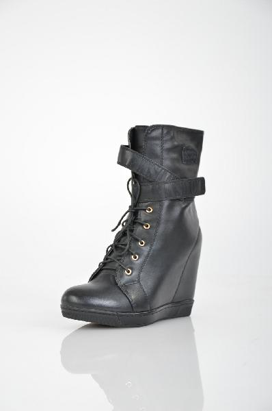 Полусапожки INARIOЖенская обувь<br>Цвет: черный<br> <br> Состав: искусственная кожа<br> <br> Создайте интересный, крайне привлекательный образ с помощью такой обуви, как эти полусапожки. Изделие с закругленным мыском и застежкой на молнию. Обувь на устойчивой платформе. Модель декорирована вдоль молнией.<br> <br> Вид застежки Шнурки<br> Вид застежки Липучка<br> Высота каблука Высокий, 11.0 см<br> Материал подкладки Байка<br> Высота платформы Cредняя, 2.0 см<br> Материал верха Искусственная кожа<br> Материал стельки Текстиль<br> Форма мыска Закругленный мысок<br> Материал подошвы ТЭП (термоэластопласт)<br> Голенище Высота голенища, 14.0 см<br> Голенище Обхват голенища, 27.0 см<br> Форма каблука Скрытая танкетка<br> Особенность материала верха Глянцевый<br> Сезон демисезон<br> Пол Женский<br> Страна бренда Россия<br><br>Высота каблука: 11 см<br>Высота платформы: 2 см<br>Объем голени: 27 см<br>Высота голенища / задника: 14 см<br>Материал: Искусственная кожа<br>Сезон: ВЕСНА/ОСЕНЬ<br>Коллекция: Осень-зима<br>Пол: Женский<br>Возраст: Взрослый<br>Цвет: Черный<br>Размер RU: 38