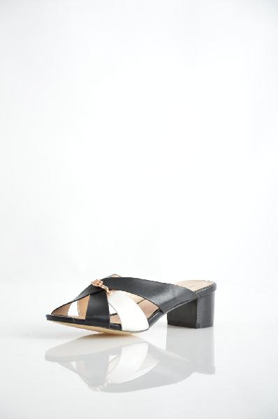 Сабо inarioЖенская обувь<br>Цвет: черный, белый<br> <br> Состав: искусственная кожа<br> <br> Стильные сабо на устойчивом каблуке придадут женственности и неповторимости и станут прекрасным дополнением к вашему образу.<br> Материал стельки Искусственная кожа, 0 %<br> Материал подошвы Резина, 0 %<br> Высота каблука Высота, 4.5 см<br> Материал подкладки искусственная кожа, 0 %<br> Сезон лето<br> Пол Женский<br> Страна Россия<br><br>Высота каблука: 4.5 см<br>Материал: Искусственная кожа<br>Сезон: ЛЕТО<br>Коллекция: Весна-лето<br>Пол: Женский<br>Возраст: Взрослый<br>Цвет: Черный<br>Размер RU: 37