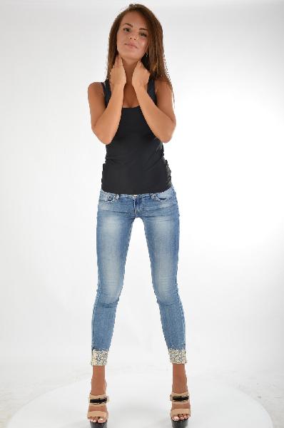 Джинсы Carla GianniniЖенская одежда<br>Модели бренда Carla Giannini - это типичное сочетание итальянского дизайна, элегантности и ярких цветов. Женственность, шик и практичность коллекций делают их броскими и современными. Женщины, предпочитающие эту марку, всегда выглядят стильно, чувствуя себя при этом очень комфортно.<br> <br> Цвет: синий<br> Состав: 98% хлопок, 2% эластан<br> Особенности: стильные облегающие джинсы.<br> Страна дизайна: Италия<br> Страна производства: Италия<br><br>Материал: Хлопок<br>Сезон: ЛЕТО<br>Коллекция: Весна-лето<br>Пол: Женский<br>Возраст: Взрослый<br>Модель: ЗАУЖЕННЫЕ<br>Цвет: Синий<br>Размер INT: M