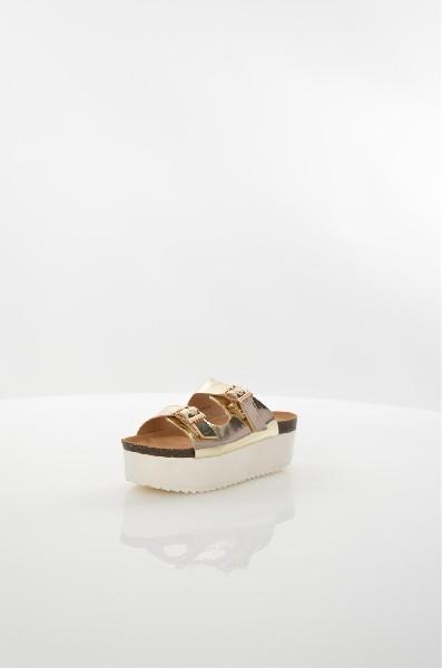 Сабо IdealЖенская обувь<br>Сабо Ideal выполнены из искусственной лаковой кожи, стелька и подкладка - из искусственной кожи. Детали: регулируемые ремешки на пряжках, высокая платформа, рифленая подошва.<br> <br> Материал верха искусственная лаковая кожа<br> Внутренний материал искусственная кожа<br> Материал стельки искусственная кожа<br> Материал подошвы полимер<br> Высота каблука 5.5 см<br> Высота платформы 4.5 см<br> Тип каблука Танкетка, Платформа<br> Застежка на пряжке<br> Цвет золотой<br> Сезон Лето<br> Стиль Повседневный<br> Коллекция Весна-лето<br> Детали обуви лакированные<br> Узор Однотонный<br> Высота каблука Средний<br> Страна: Россия<br><br>Высота каблука: 5.5 см<br>Высота платформы: 4.5 см<br>Материал: Искусственная кожа<br>Сезон: ЛЕТО<br>Коллекция: Весна-лето<br>Пол: Женский<br>Возраст: Взрослый<br>Цвет: Бронза<br>Размер RU: 38