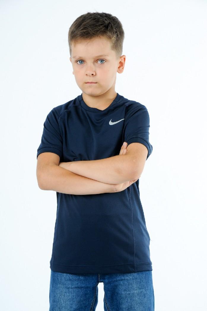 Футболка MILER SS CREW YTH, NikeОдежда для мальчиков<br>Состав: полиэстер 100% <br> <br> Великолепная футболка выполнена из легкого дышащего материала. Модель с округлым вырезом горловины и короткими рукавами. Изделие декорировано логотипом бренда. <br> Вырез горловины: Округлый вырез<br> Длина рукава: Короткие, 27.0 см <br> Габариты предметов: Длина, 58.0 см <br> Ширина рукава: Пройма, 19.0 см <br> Покрой: Прямой<br> Фактура материала: Трикотажный <br> Декоративные элементы: Логотип<br> Страна: Германия<br><br>Материал: Полиэстер<br>Сезон: ЛЕТО<br>Коллекция: Весна-лето<br>Пол: Мужской<br>Возраст: Детский<br>Цвет: Темно-синий<br>Размер INT: S