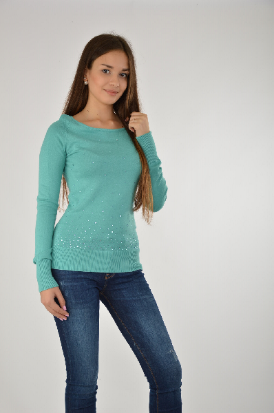 Пуловер MelroseЖенская одежда<br>Эффектный пуловер в бирюзовой расцветки – отличный выбор для повседневного гардероба. Изделие сочетается с юбками-карандашами, классическими брюками или джинсой. Модель имеет традиционный крой, длинный рукав, плотно прилегающие манжеты. <br>Спереди отделка сверкающими стразами. Длина ок. 64 см. Мягкий, приятный для тела<br> Материал: трикотаж, 70% вискоза, 30% полиамид<br> Страна: США<br><br>Материал: Вискоза<br>Сезон: МУЛЬТИ<br>Коллекция: Осень-зима<br>Пол: Женский<br>Возраст: Взрослый<br>Цвет: Бирюзовый<br>Размер INT: XS
