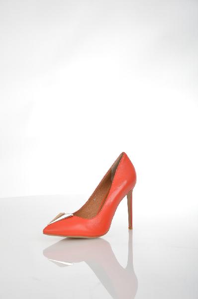 Туфли Grand StyleЖенская обувь<br>Шикарные туфли-лодочки от Grand Style решены в насыщенном красном цвете. Обувь выполнена из натуральной гладкой кожи. Детали: заостренный мыс, сверкающий декор с крупным кристаллом, высокий каблук-шпилька.<br> <br> Материал верха натуральная кожа<br> Внутренний материал натуральная кожа<br> Материал стельки натуральная кожа<br> Материал подошвы искусственный материал<br> Высота каблука 10.5 см<br> Цвет красный<br> Страна производства Турция<br> Сезон Мульти<br> Коллекция Весна-лето<br> Детали обуви камни/стразы<br> Страна: Россия<br><br>Высота каблука: 10.5 см<br>Материал: Натуральная кожа<br>Сезон: ЛЕТО<br>Коллекция: Весна-лето<br>Пол: Женский<br>Возраст: Взрослый<br>Цвет: Красный<br>Размер RU: 38