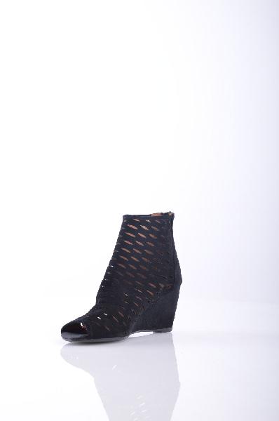Ботинки JEFFREY CAMPBELLЖенская обувь<br>Замша, без аппликаций, одноцветное изделие, молния, скругленный носок, резиновая подошва. <br> Высота каблука: 7 см <br> Объём голени: 25 см <br> Высота голенища / задника: 11 см <br>Страна: США<br><br>Высота каблука: 7 см<br>Объем голени: 25 см<br>Высота голенища / задника: 11 см<br>Материал: Натуральная кожа<br>Сезон: ВЕСНА/ОСЕНЬ<br>Коллекция: Весна-лето<br>Пол: Женский<br>Возраст: Взрослый<br>Цвет: Черный<br>Размер RU: 37