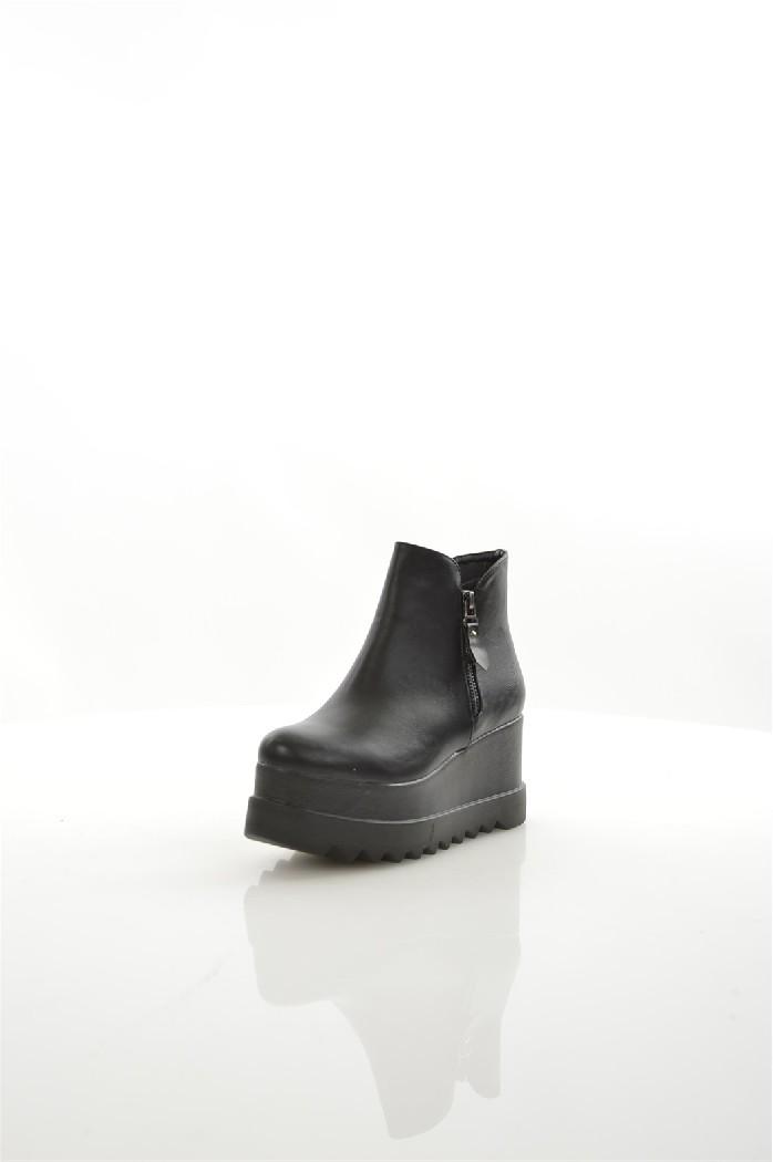 Ботильоны JanessaЖенская обувь<br>Материал верха искусственная кожа<br> Внутренний материал текстиль<br> Материал стельки текстиль<br> Материал подошвы искусственный материал<br> Высота голенища / задника 11.5 см<br> Высота каблука 8 см<br> Высота платформы 5.5 см<br> Тип каблука Танкетка, Платформа<br> ...<br><br>Высота каблука: 8 см<br>Высота платформы: 5.5 см<br>Высота голенища / задника: 11.5 см<br>Материал: Искусственная кожа<br>Сезон: ВЕСНА/ОСЕНЬ<br>Коллекция: (Справочник &quot;Номенклатура&quot; (Общие)): Осень-зима<br>Пол: Женский<br>Возраст: Взрослый<br>Цвет: Черный<br>Размер RU: 38